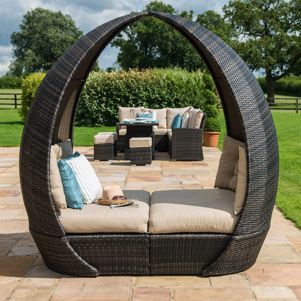 The Tulip Daybed combines style and comfort, with thick base cushions and luxurious back cushions. With smooth lines and a rounded finish.